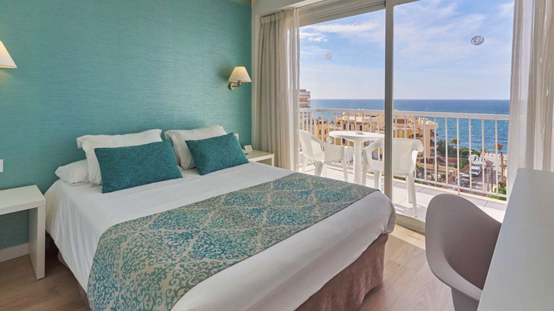 Dubbelrum med balkong och utsikt över havet på på det 4-stjärniga hotellet BQ Apolo i Can Pastilla på ön Mallorca.