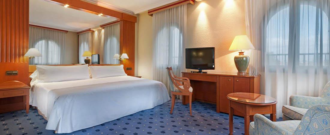 Fint ljust hotellrum på en resa i Spanien