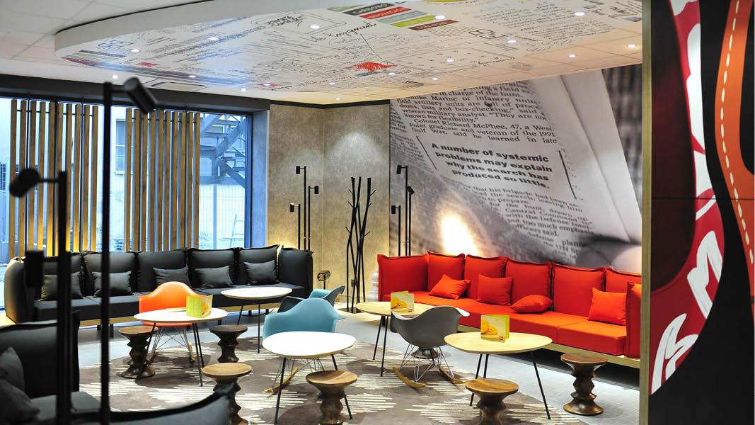 Den farverige lobby på Hotel Ibis