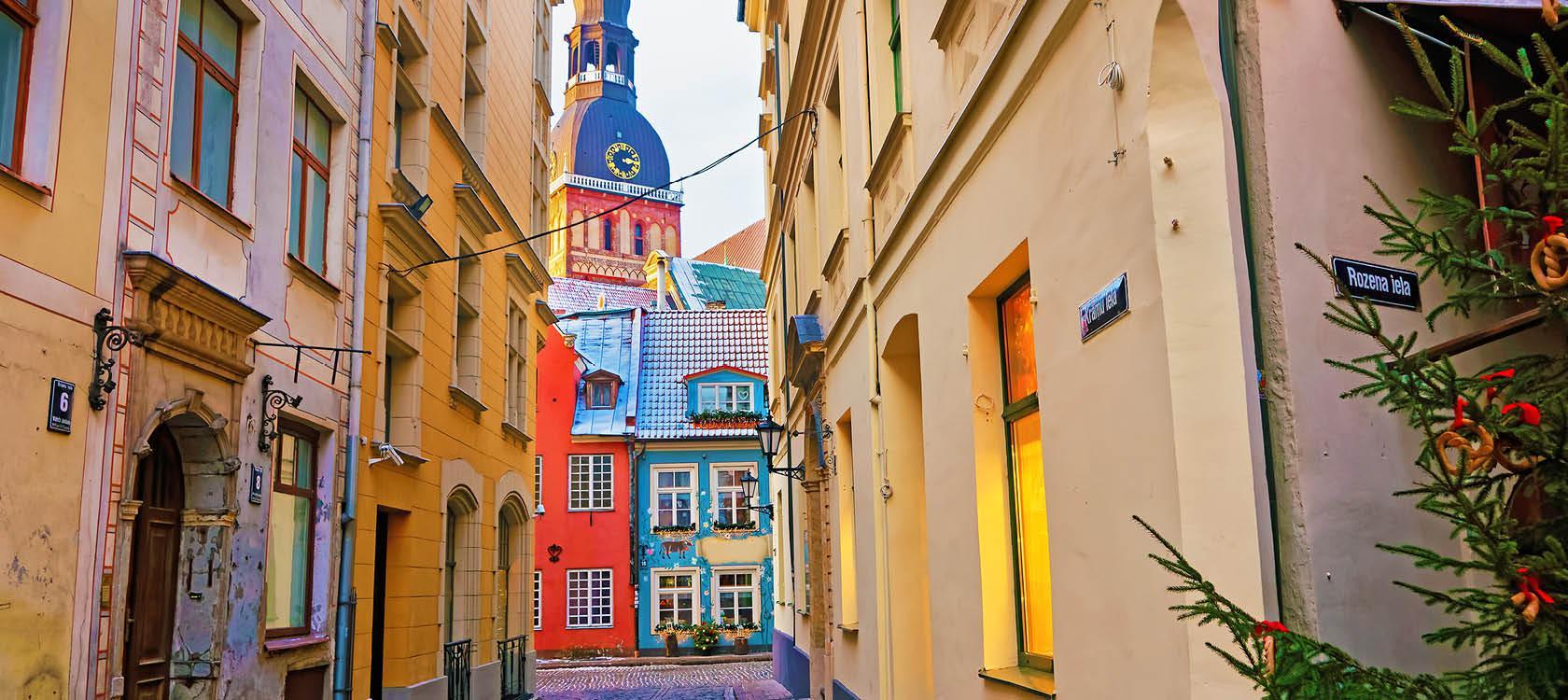 Hyggelig gade i Riga med julestemning, Letland