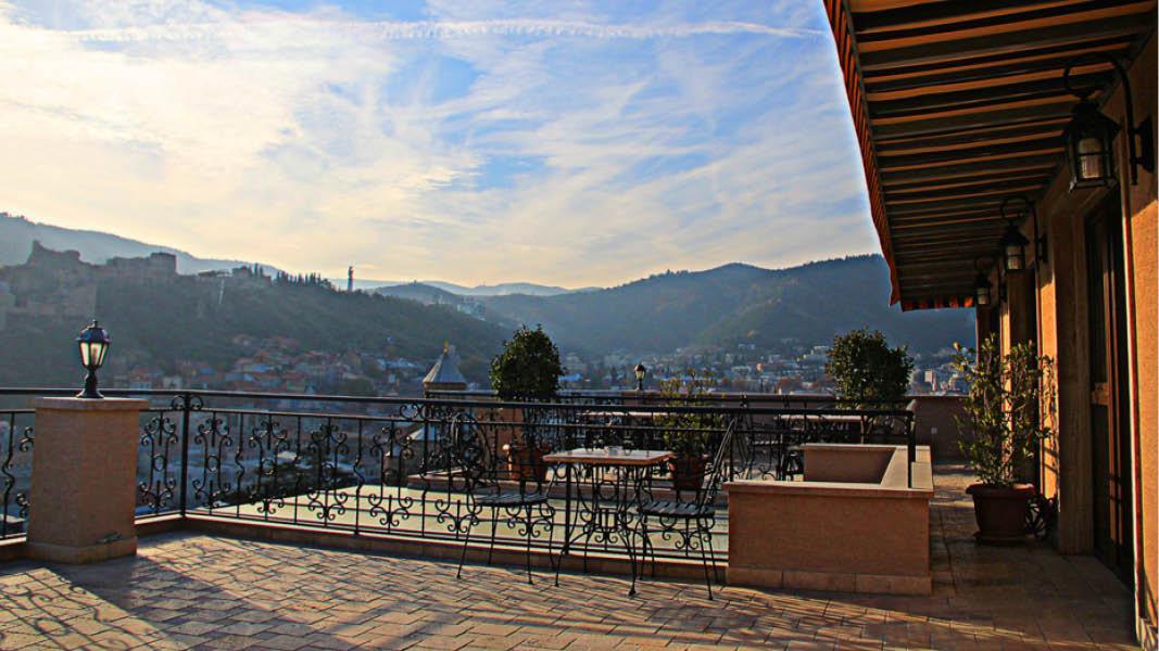 Terrasse på Hotel KMM i Tbilisi på Eventyrlige Georgien
