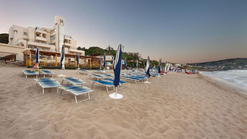 Hotel Saline - stranden med hotellet i baggrunden