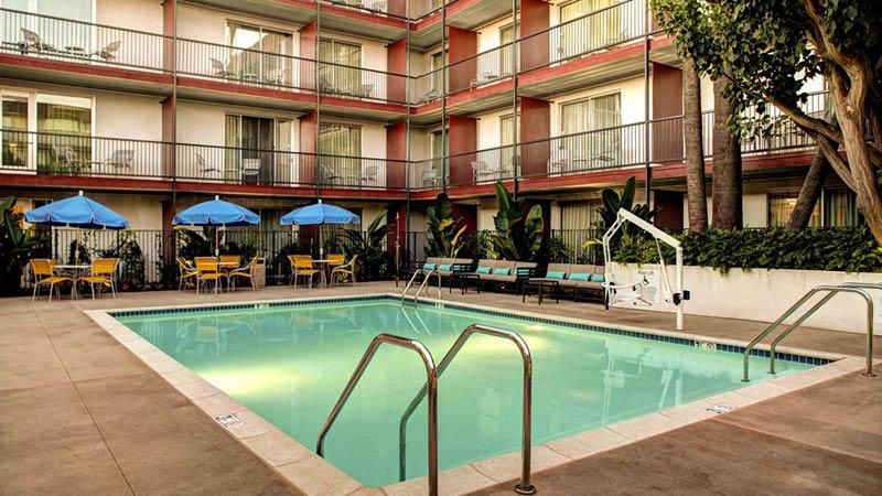Swimmingpoolen på Fairfield Inn & Suites El Segundo