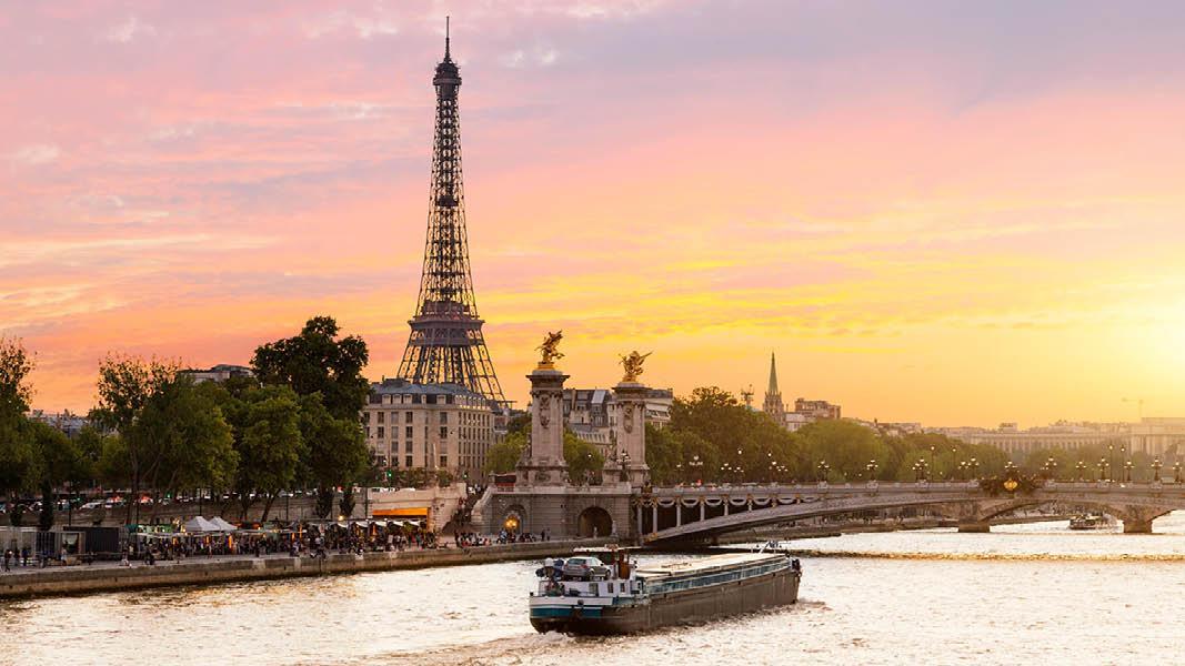 Seinen i Paris med Eiffeltårnet i solnedgang