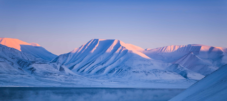 Det fortryllende og isklædte landskab i Svalbard, Norge