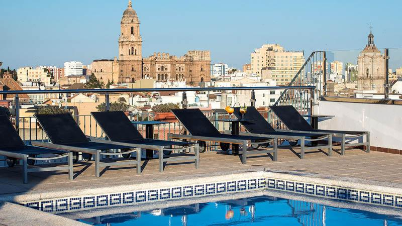 Udendørspool på salles hotel Malaga centro, byudsigt fra hote Malaga centro
