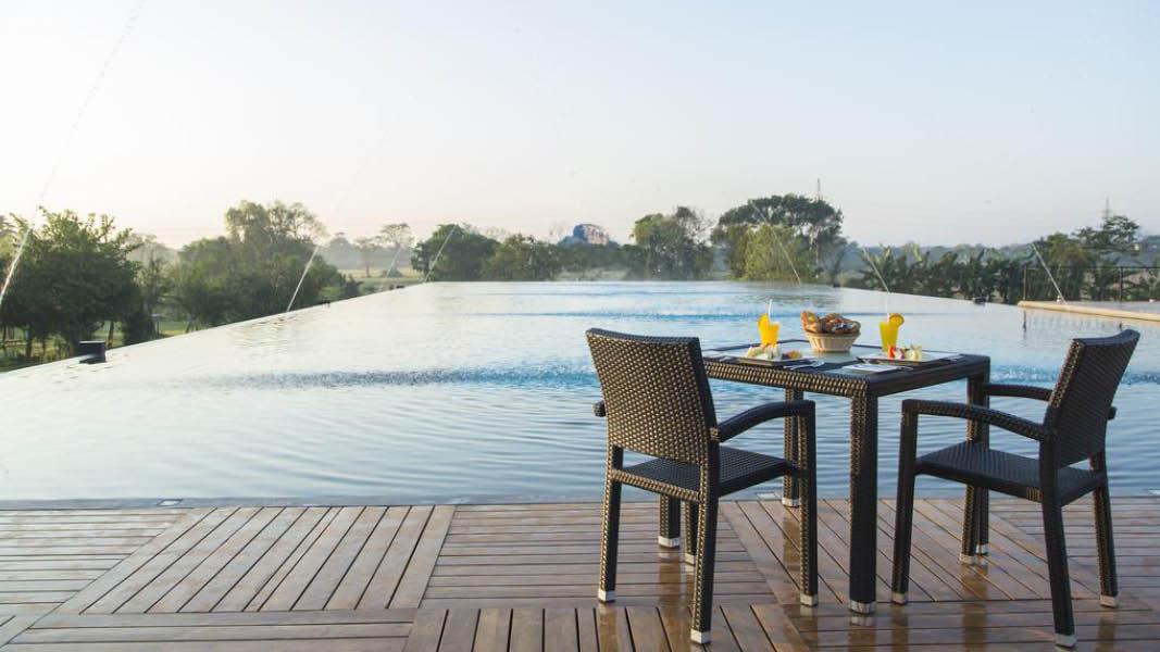 Udsigt til Sigiriya klippen fra poolen på Aliya Resort