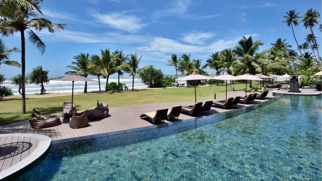 Poolområde ud til kysten på Weligama Bay Marriott Resort