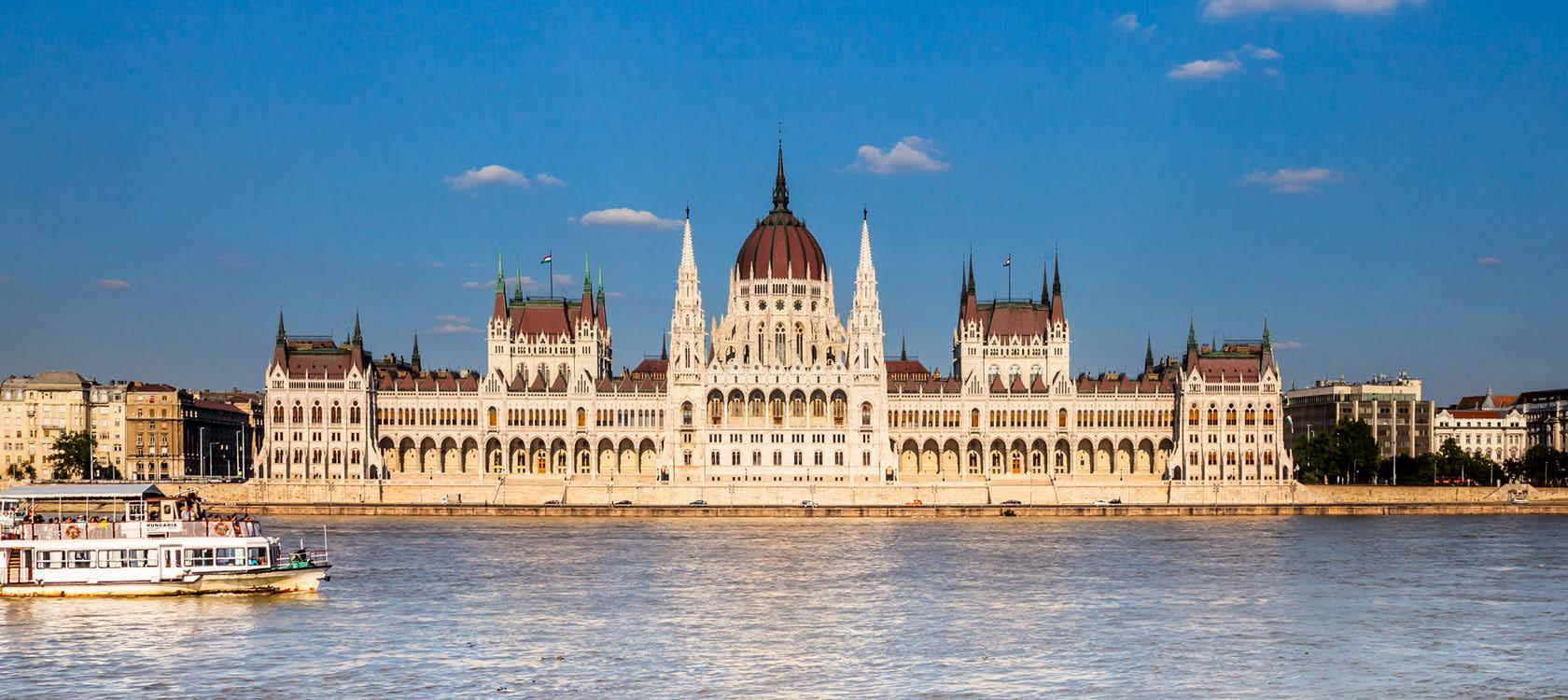 Skøn udsigt over Donaufloden til parliamentet i Budapest